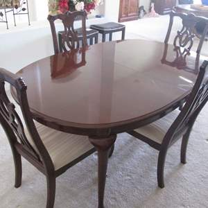 """Lot # 219 - Thomasville Dining Room Table/6-Chairs & 2-16"""" Leaves"""