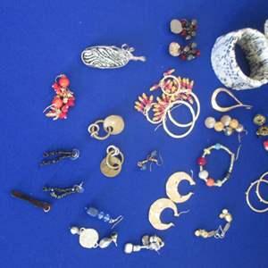 Lot # 268 - Assortment of Jewelry