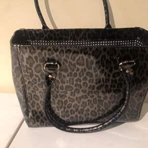Lot # 406-Kate Spade leopard print hand bag- like new! super cute
