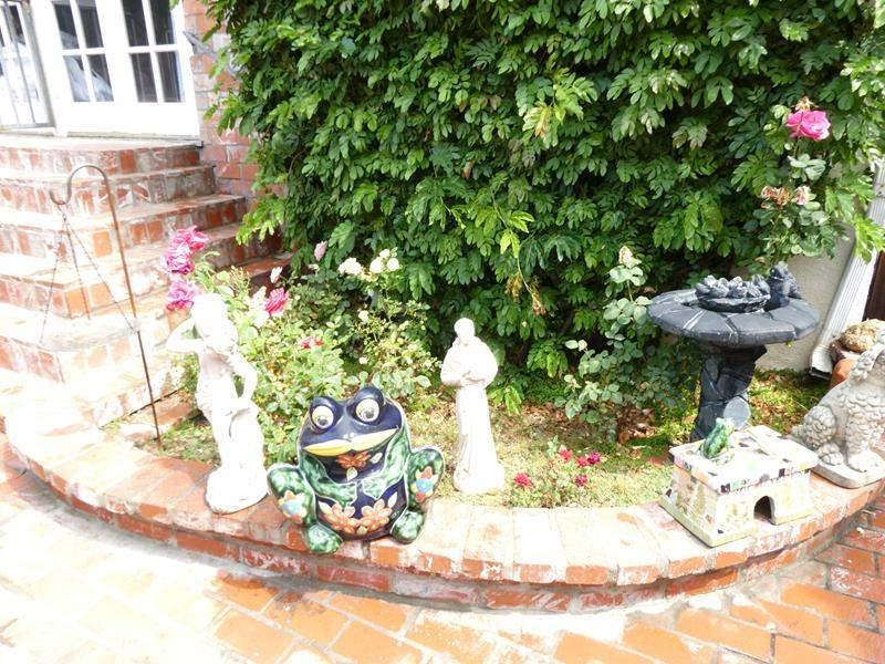 Lot # 314-Must see yard art. (main image)