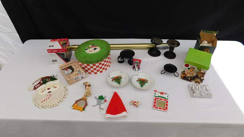 Lot # 46 - Fun Christmas decor (main image)
