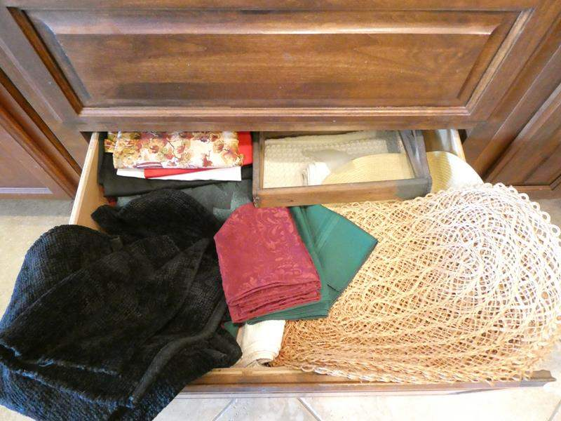Lot # 5- Oven mitts, pot holders, tray, and more (main image)