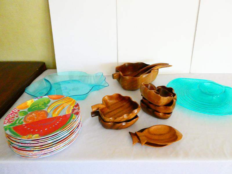 Lot # 42- Cute wooden serving dishes and 14 plastic plates (main image)