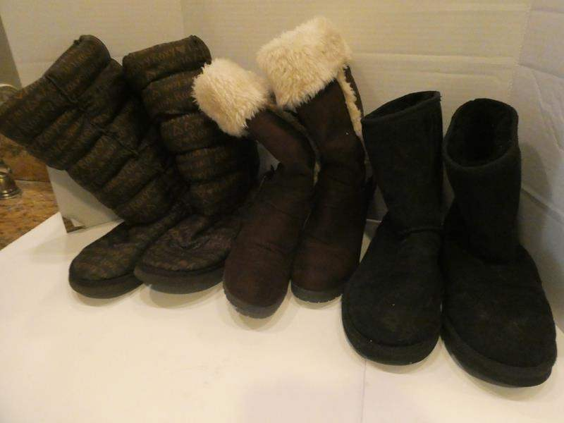 Lot # 77- Snuggly boot collection- 1 Roxy- sizes approx.. 8-10 (main image)