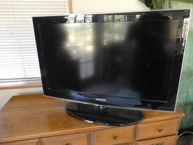 Lot # 33- Samsung flat screen TV- with remote (main image)