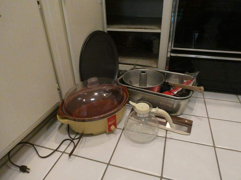 Lot # 27-BRAND NEW pizza pan w/cutter, Vintage crock pot and MORE! (main image)