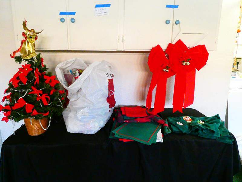 Lot # 202-Mini Christmas tree, décor, wrapping, paper, table set, bath towels, bows (main image)