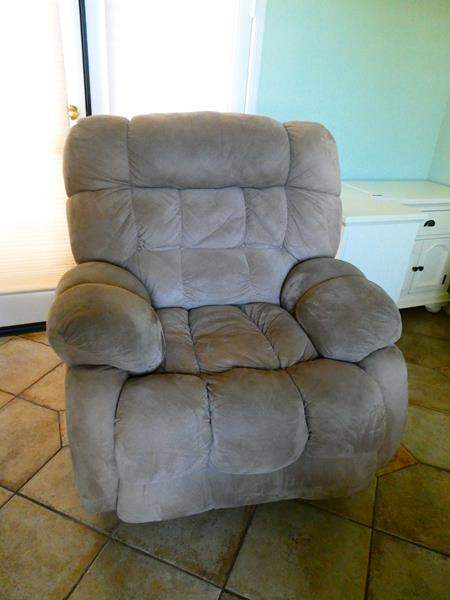 Lot #6- Comfortable Recliner (main image)