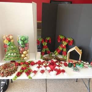 Lot # 139 - Christmas decor