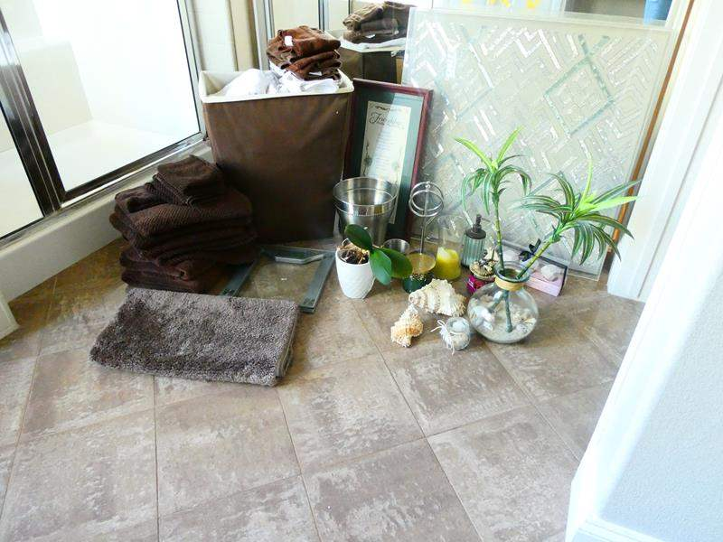 Lot # 60 -LOTS of bathroom decor and accessories!  (main image)