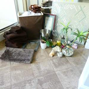 Lot # 60 -LOTS of bathroom decor and accessories!