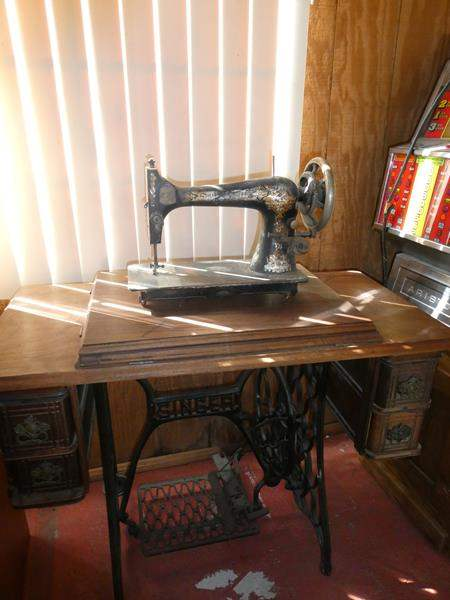 Lot # 42- Antique Singer  Sewing table and Sewing machine (main image)