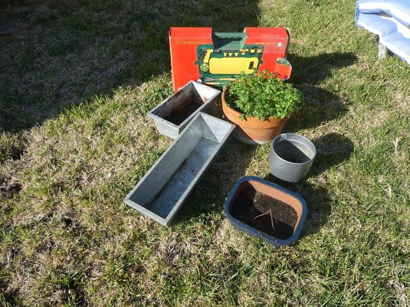Lot # 92- Gardening set (main image)
