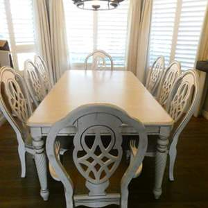 Lot # 18- Beautiful dining room table with chairs