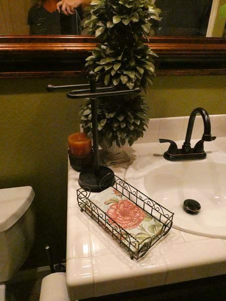 Lot # 140- Assorted bathroom decor (main image)