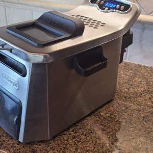 Lot # 31- DeLonghi Livenza Deep Fryer with Easy Clean!