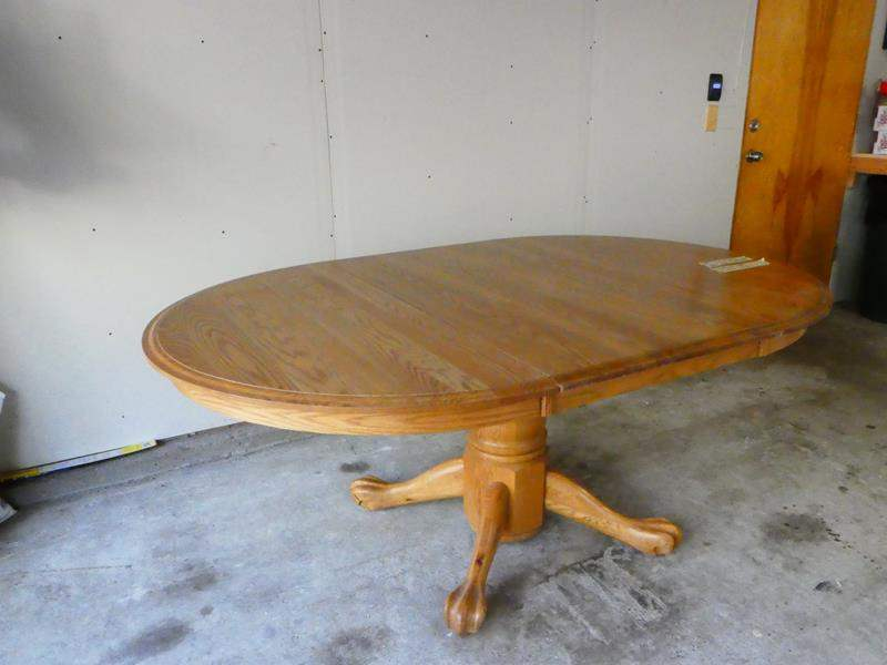Lot # 11- Amazing solid oak dinning table with leaf (main image)