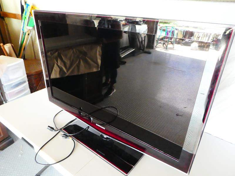 """Lot # 23- Samsung 40"""" smart TV- Great working condition (main image)"""