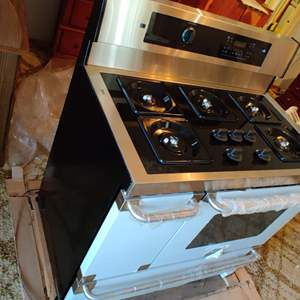 Lot # 18 brand new commercial Frigidaire Electrolux gas 5 burner range 40 in wide 30 and 1/2 in tall 25 in deep
