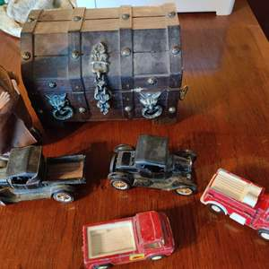 Lot # 110 lot of 4 toys small trunk and a naughty Monk