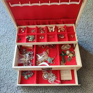 Lot # 124 Lot # 124 white jewelry box full of costume jewelry