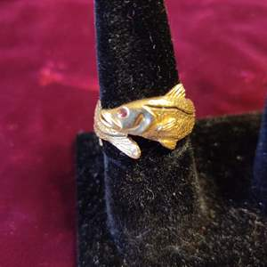 Lot # 130 Lot # 130 14-karat gold fish snook ring Ruby eye 6.2 grams size 9.5