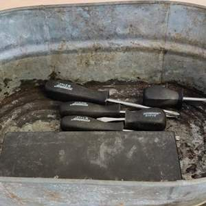 Lot # 339 5 Pittsburgh screwdrivers and a versatool ratchet in box and a galvanized tub