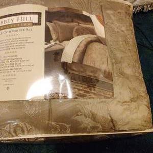 Lot # 362 new full size comforter set a b Hill