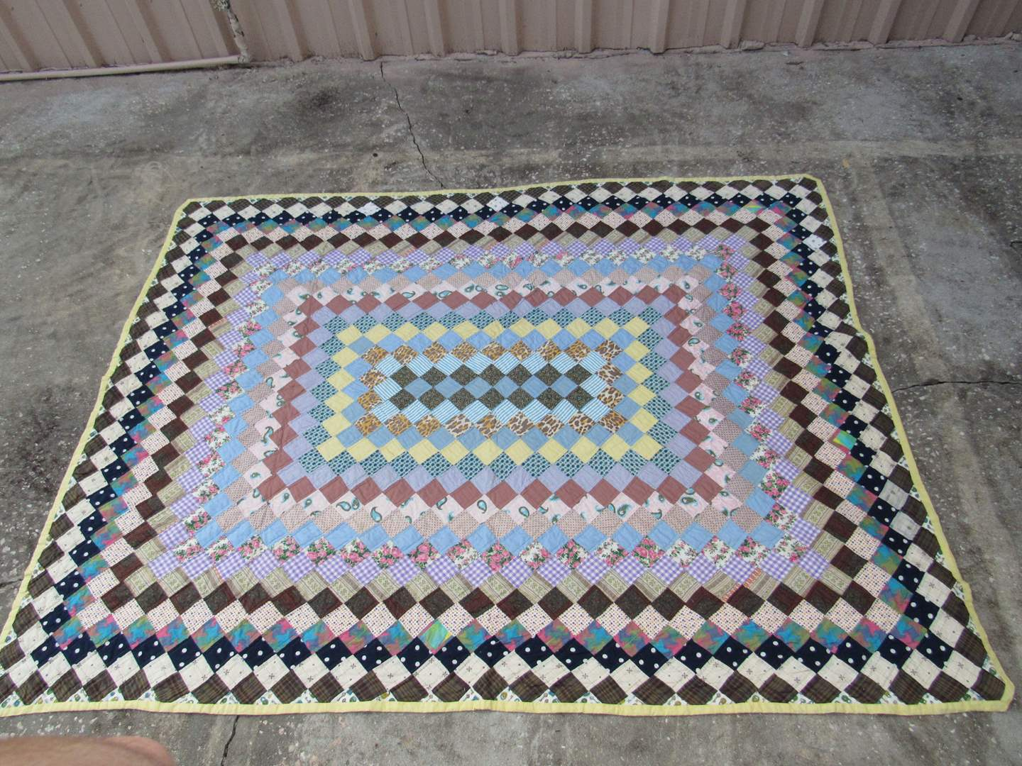Lot # 19  Great patchwork quilt (in very good condition) (main image)