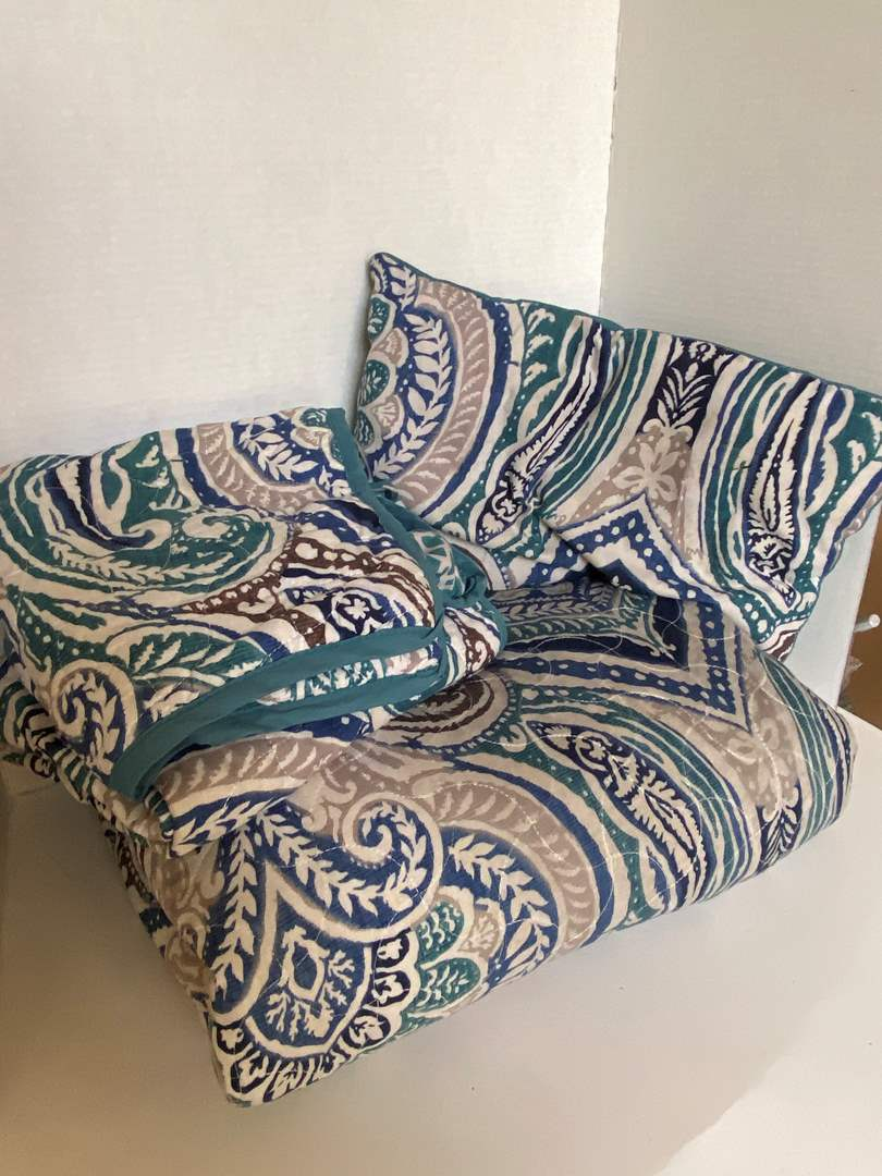 Lot # 139 Full Sz Comforter, Shams, & Pillows