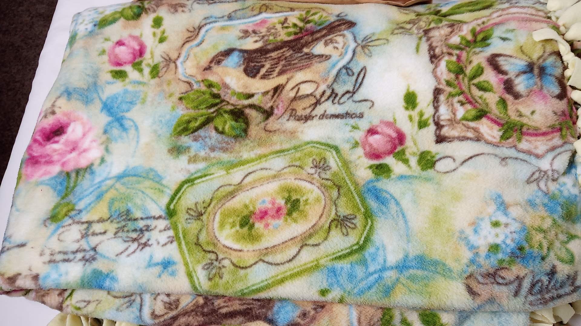 Lot # 137 2 blankets & 4 pillows