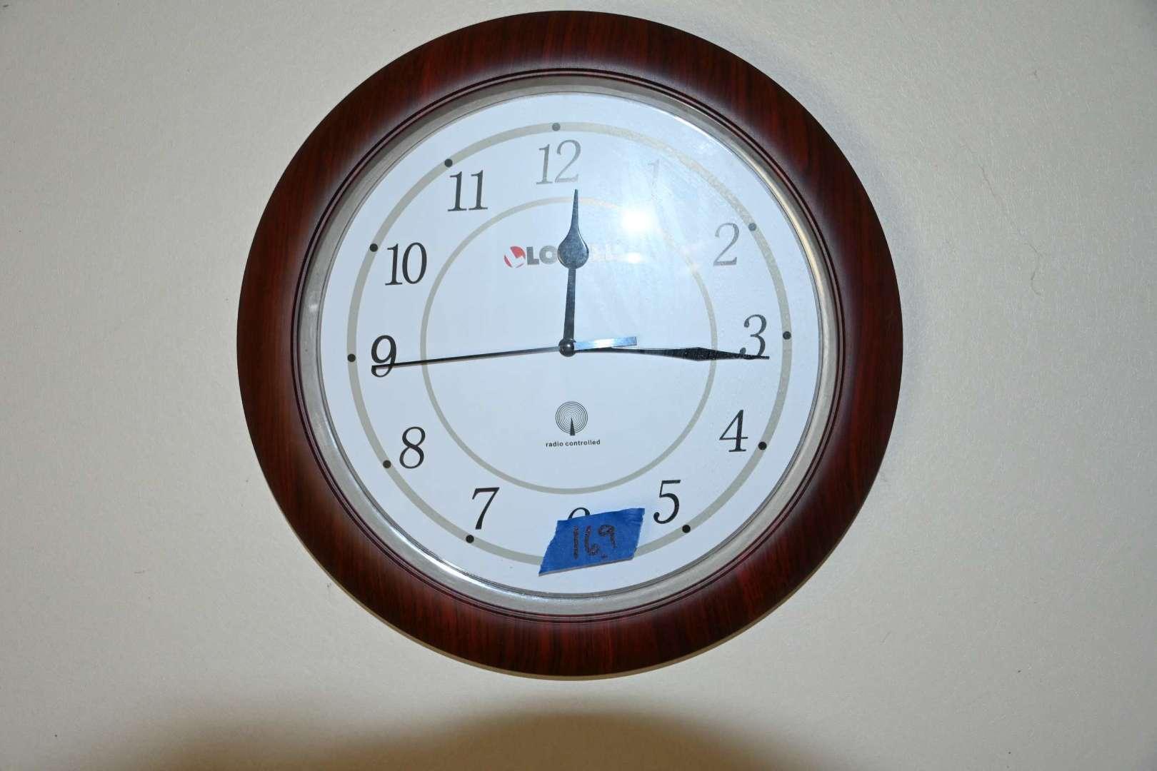 Lot # 169  Atomic radio controlled wall clock