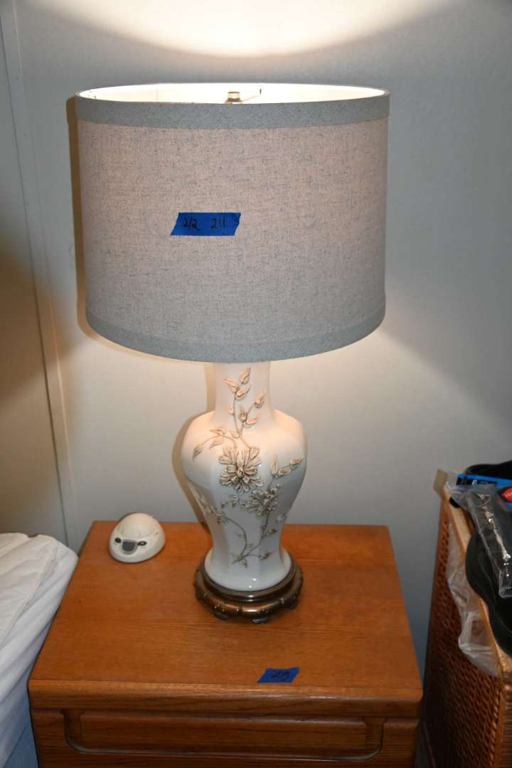 Lot # 211 Pair of matching lamps with diecast metal bases