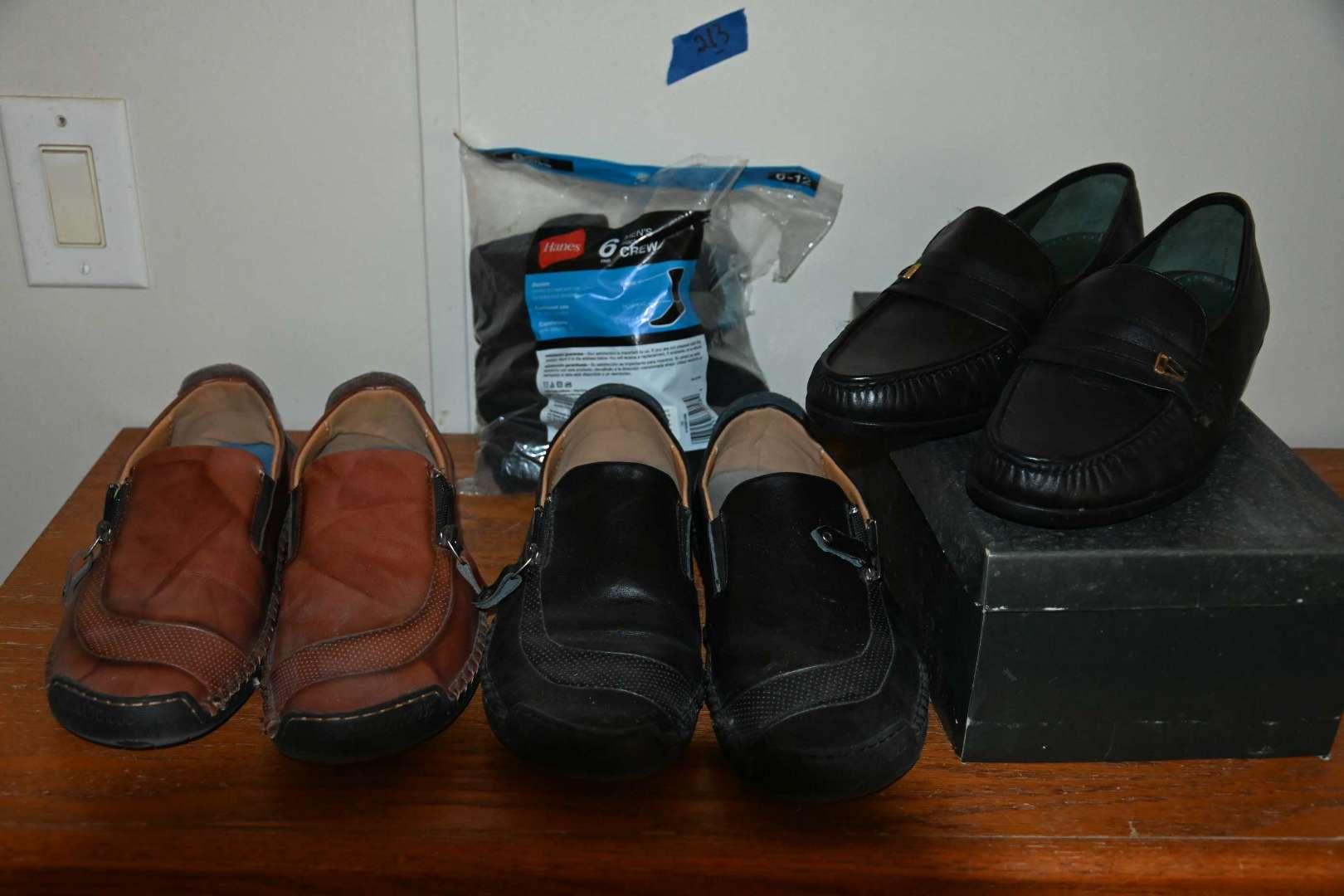 Lot # 213 Men's size 9W shoe lot with socks