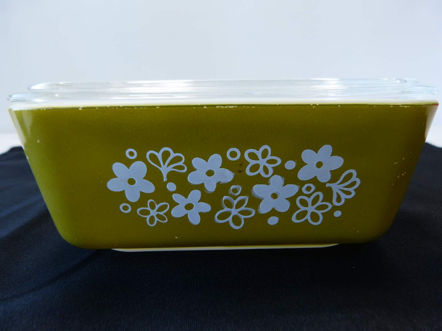 Lot # 39  Great Vintage Pyrex covered space saver storage container (daisy pattern) (main image)