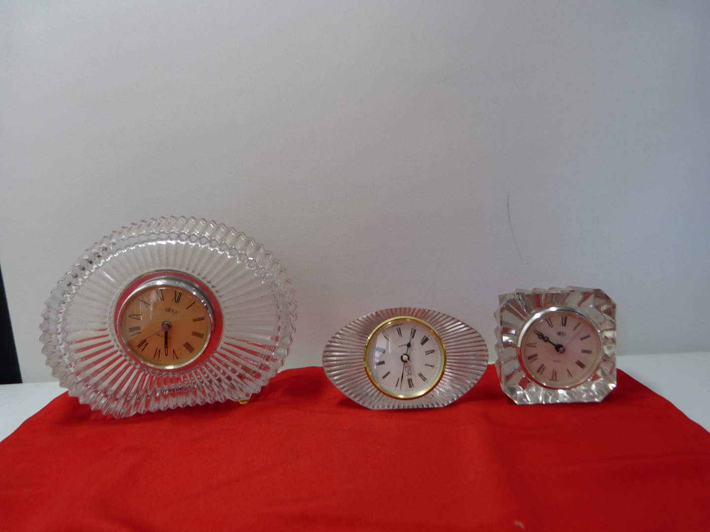 Lot # 253  Collection of vintage crystal clocks (main image)