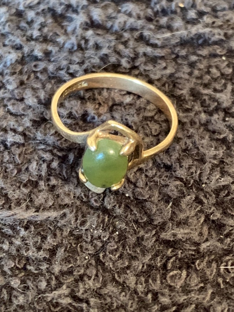 Lot # 139 Sweet 10k Ring With Green Stone. Size 6. 1.75 Grams