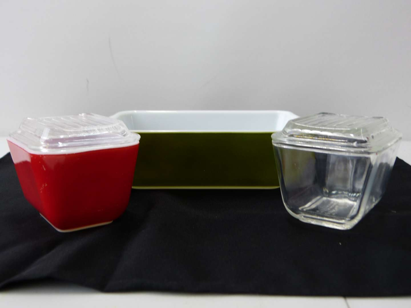 Lot # 61  Collection vintage Pyrex  (main image)