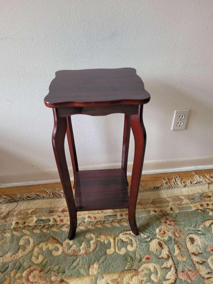 Lot # 42 Pedestal/Side Table