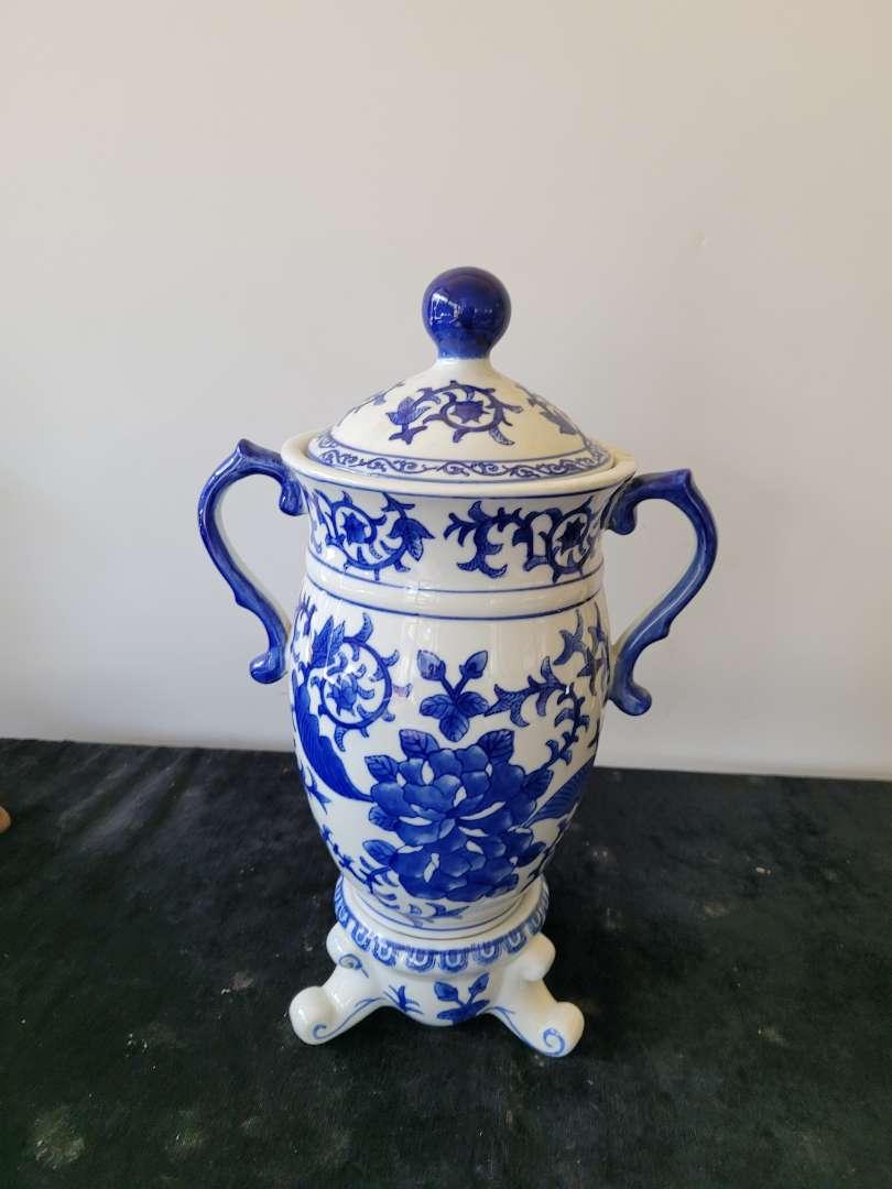 Lot # 289 Beautiful Bombay Handled Vase w/ Cover