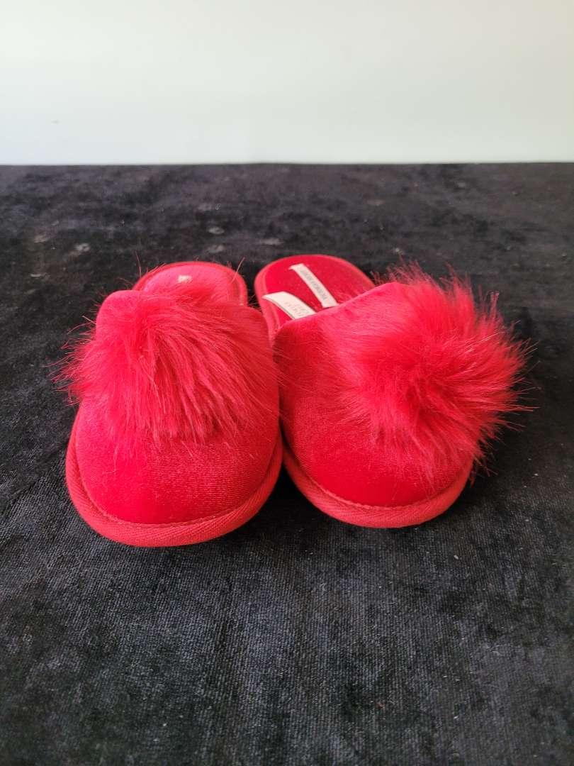 Lot # 387 Victoria Secret Slippers - Size S - NBW