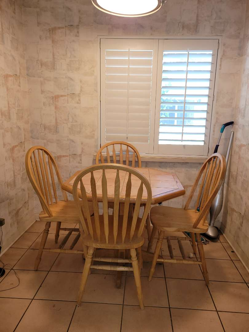 Lot # 505 Kitchen Table w/ Chairs