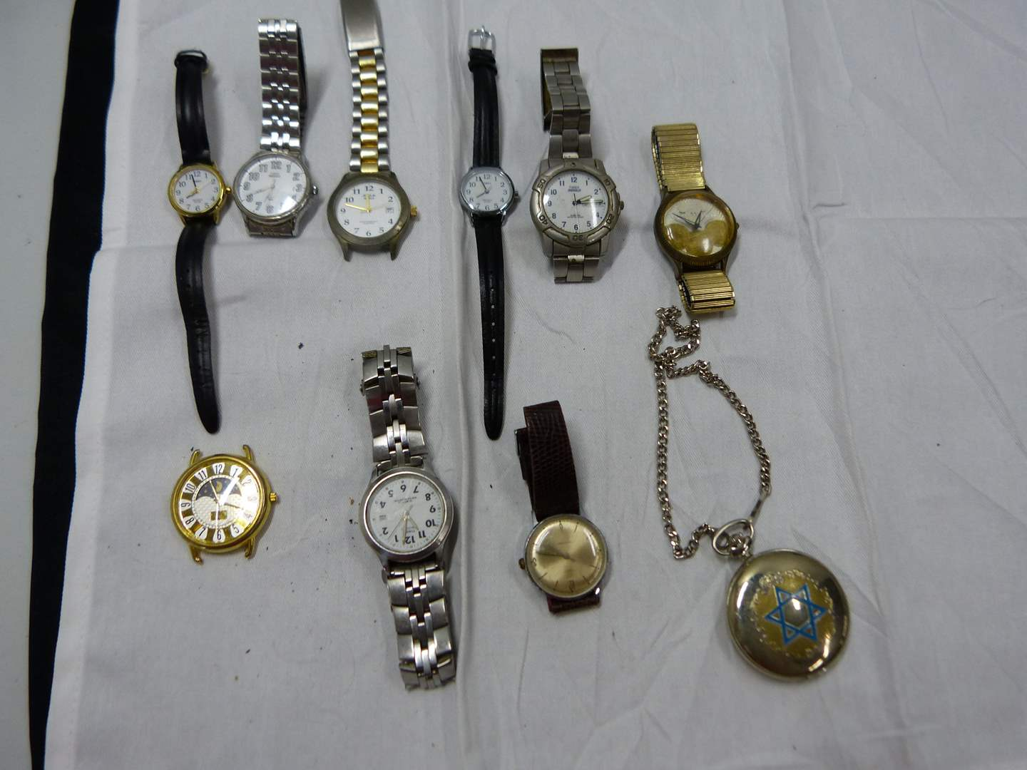 Lot # 82  Large collection of watches (will need batteries)