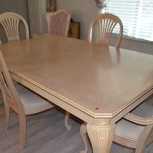 Lot # 109 BEAUTIFUL DINING ROOM TABLE WITH 2 LEAFS & 4 CHAIRS