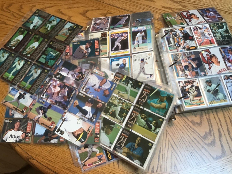 Lot # 382 HUUGE BINDER FULL of BASEBALL CARDS! 529 of 'em! Early 90's