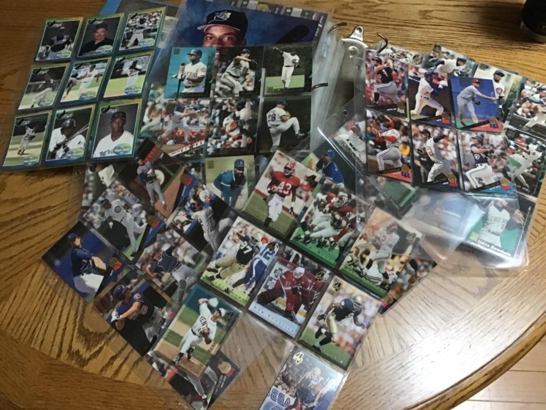Lot # 383 HUUUGE BINDER FULL OF BASEBALL CARDS! 539 of 'em! Might be a few football, hockey, but 99% Baseball!
