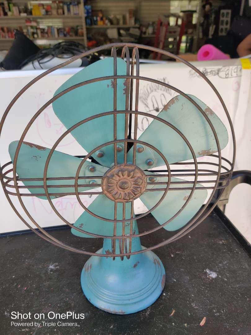 433 very nice decorator metal fan display 17 inches tall