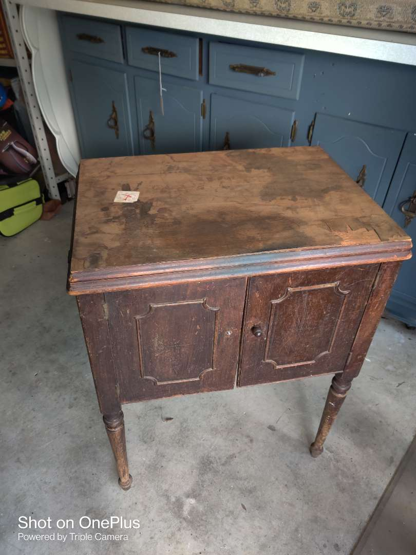 520 Singer sewing machine as is no cord in cabinet