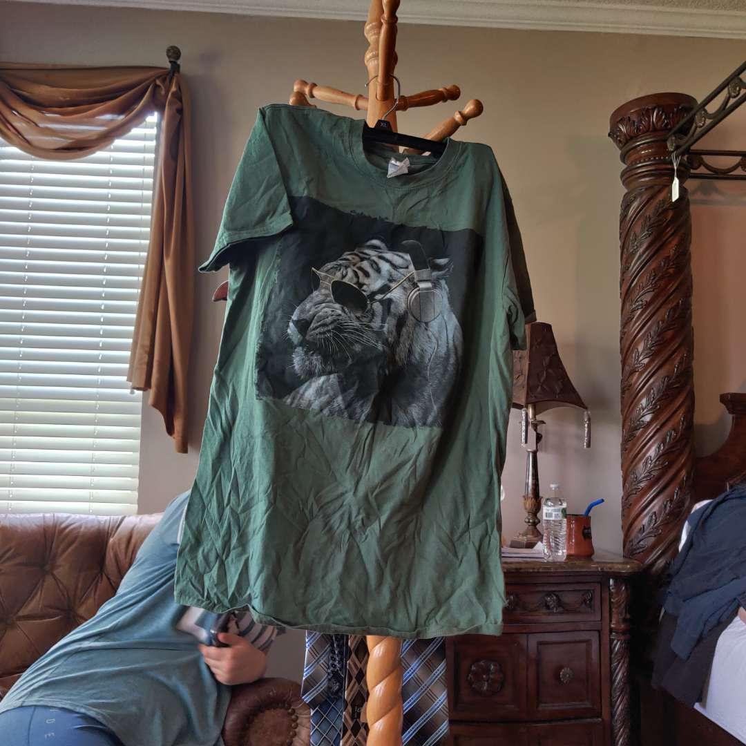 572. Medium Tiger shirt
