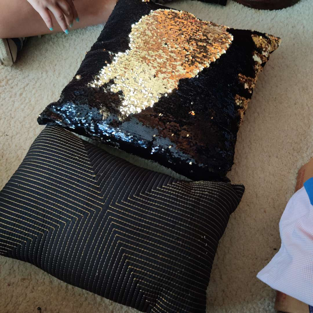 576. 2 pillows gold and black 1sequin